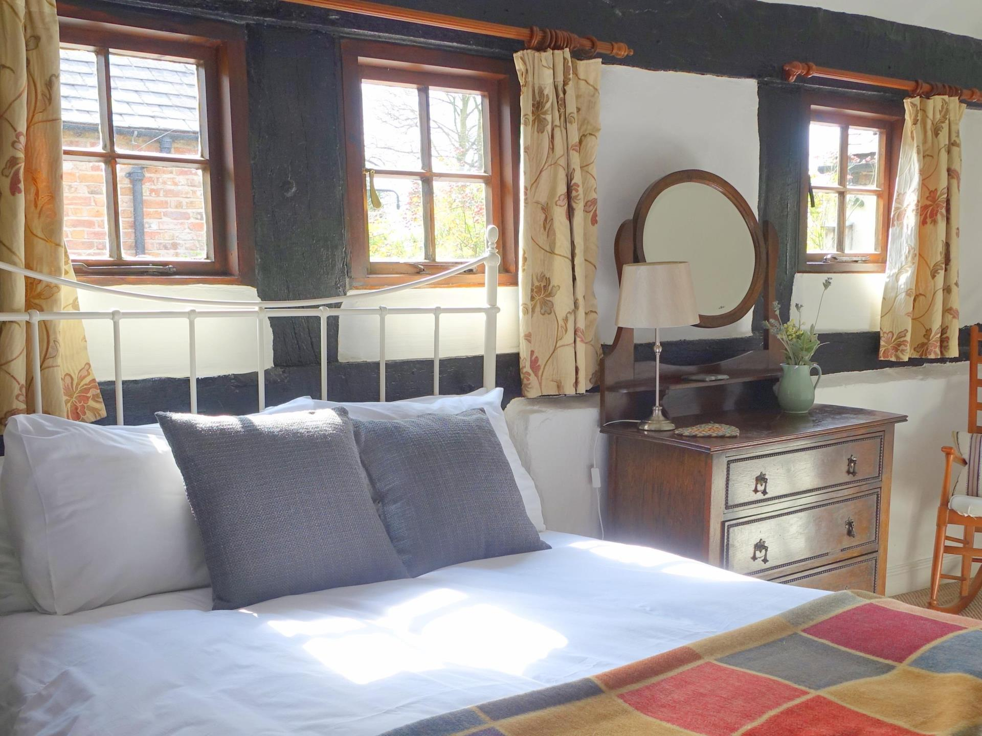 Stableyard Cottage's 17th century double bedroom