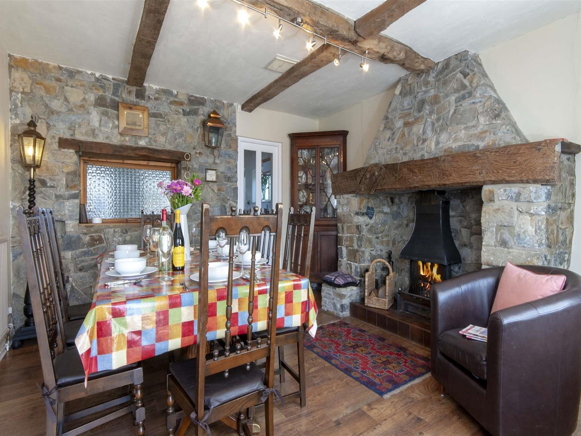 Aberaeron harbour holiday home - dining room with