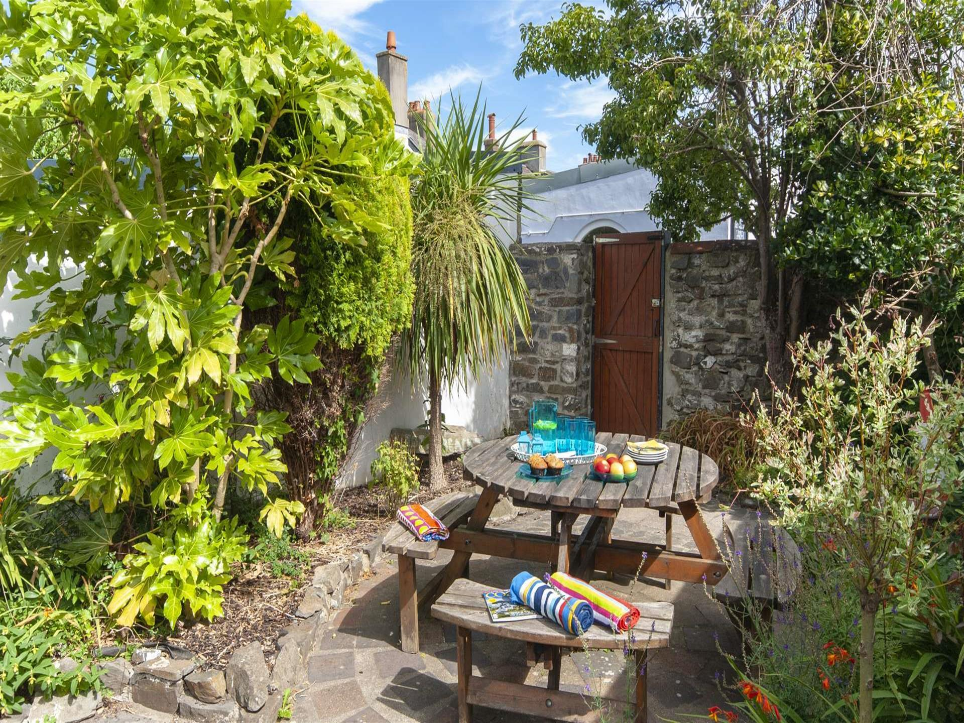Aberaeron holiday home with enclosed rear gardens