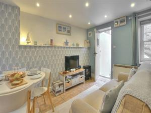 Laugharne cosy holiday cottage with open plan livi